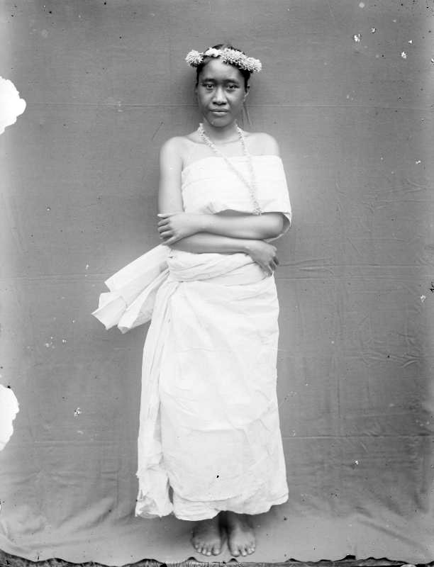 Femme marquisienne dans ancien costume de fête – Hjalmar Stolpe (1884)