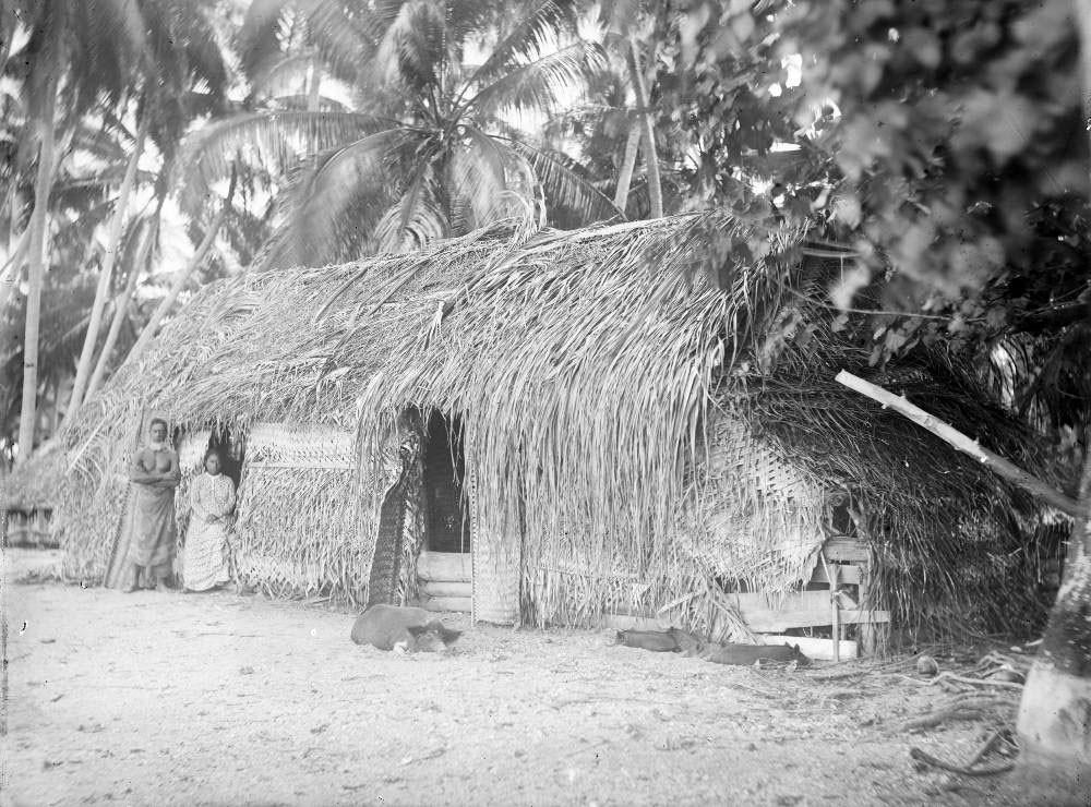 Père et fille, devant le fare de Tairo à Fakarava – Hjalmar Stolpe (1884)