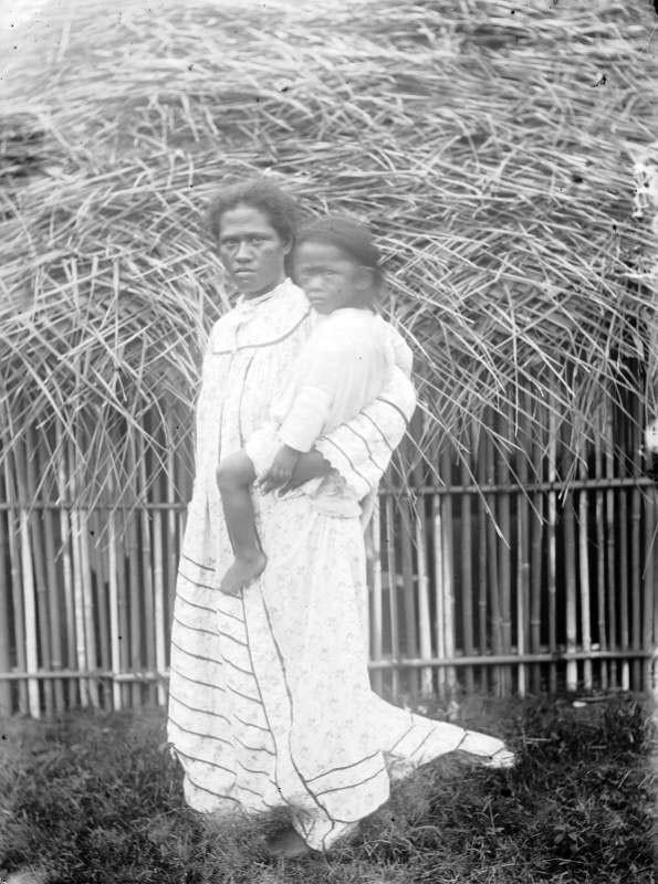 Jeune Tahitienne et son 9ème enfant sur la hanche – Hjalmar Stolpe (1884)