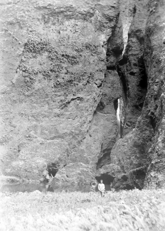 La cascade où le Prince Oscar et les officiers ont pris un bain rafraîchissant autour de nombreuses jeunes filles. Nouka Hiva. (1884)