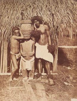 Deux naturels près d'une idole – Marquises – Paul-Emile Miot (1870)