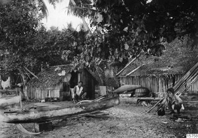 Natifs de Tahiti devant leur habitation (1920)