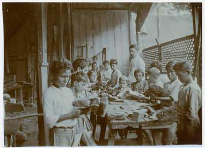Elèves qui fabriquent des balais dans une école de Papeete