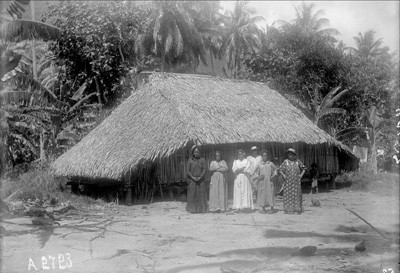 Villageois devant une maison de Teavanui à Bora Bora – Photo N° A2723 – Harry Clifford Fassett (1899/1900)