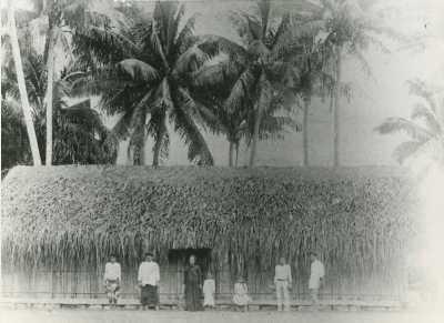 Pasteur natif de l'île de Tahiti et sa femme devant leur maison
