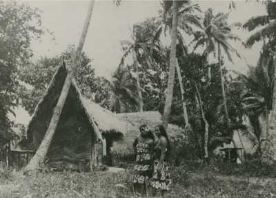 Polynésiennes devant une maison traditionnelle à Tahiti – DEFAP