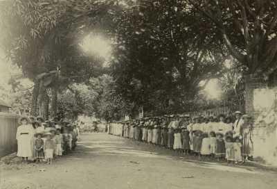 Élèves en rang à l'extérieur de l'école de Papeete