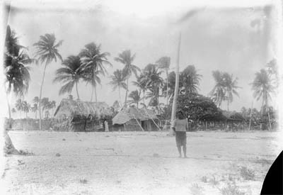 Homme devant des habitations – Village de Teavanui à Bora Bora – Photo N°2781 – Harry Clifford Fassett (1899-1900)