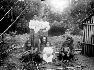 Membres de la famille royale: Wa-wa koi Tai Tai-o-hae Vallée. Prince Stanislaw. Nouka Hiva (1884)