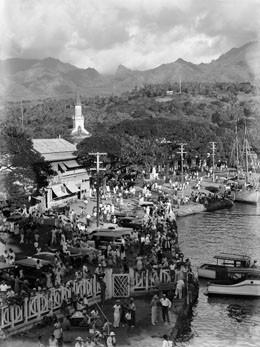 Vue plongeante des quais de Papeete (1957)