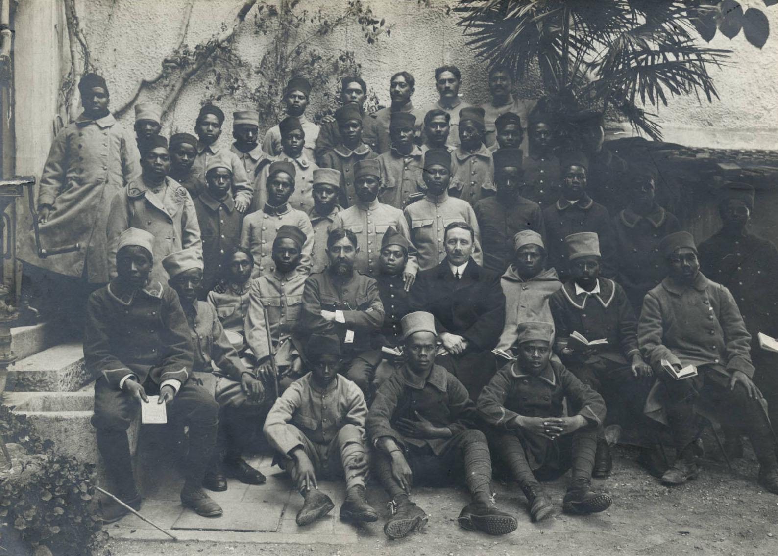 Soldats natifs de Tahiti, Madagascar et de Nouvelle Calédonie avec le Révérend Matossi à Menton (1917/1918)