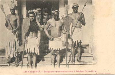 Îles Marquises — Marquisiens en costume ancien à Taiohae, Nuka-Hiva – Carte postale