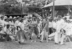 Anita Stewart apprend la danse tahitienne (1925)