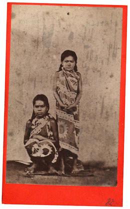 Deux jeunes Tahitiennes en paréo (1880)