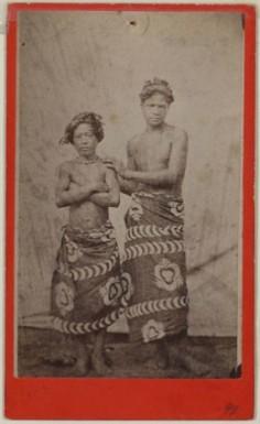 Deux jeunes Tahitiens en paréo (1880)