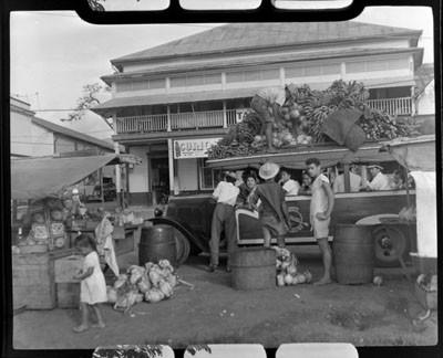 Un truck chargé de fruits et d'ignames (1952)