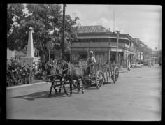 Scène de rue avec charrette à chevaux (1952)