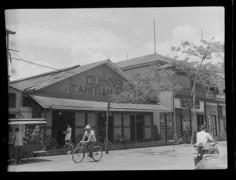 Scène de rue, Quinns Tahitian Hut à Papeete (1952)