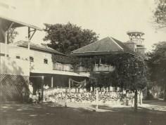 Élèves posant devant l'école des filles de Papeete