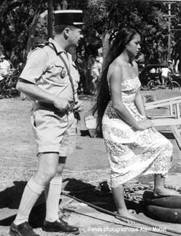 """Maea Flohr et Alain Mottet sur le tournage de """"Tahiti, la joie de vivre"""" (1957)"""