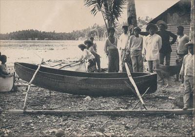 Hommes devant une pirogue – Hikueru (1900)