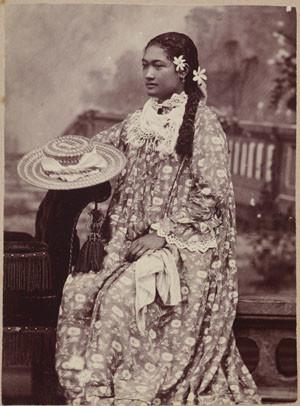 Portrait studio d'une jeune femme en robe à fleurs (1885)