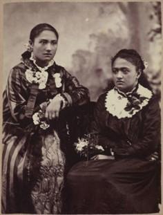 Portrait studio de deux jeunes filles tahitiennes (1885-1900)