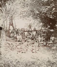Jeunes filles de Rapa préparant le popoï dans la rivière (1905)