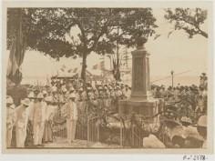 Prise d'armes devant le monument Bougainville (1900)