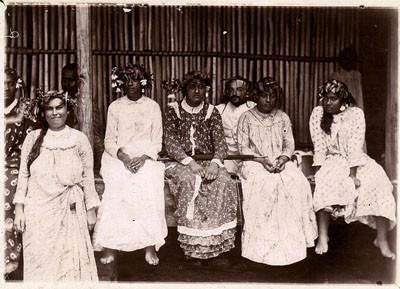 Reine Teriimaevarua III, ses amies et le Docteur Vallot (1892)