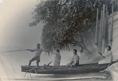 Tahitiens dans une pirogue (1919)
