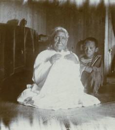 Une grand-mère tahitienne et un enfant (1909)