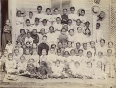 Ecole enfantine à Moorea, Melle Marconnet et ses élèves (1900)