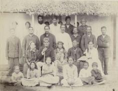 La jeune reine de Rimatara Tamaeva IV, la régente et les notables (1889)