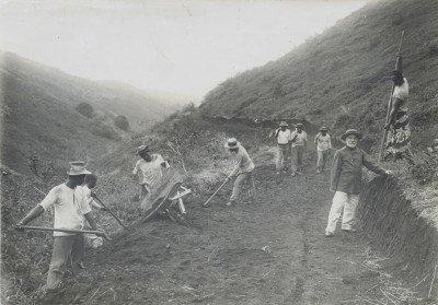 Les élèves pasteurs faisant la route pour arriver à la nouvelle école pastorale à Sainte-Amélie (1912)