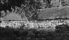 Sortie du temple de Vaitape, Bora Bora (1920)