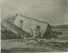Maison européenne, détruite par le passage d'un cyclone à Bora-Bora (1926)