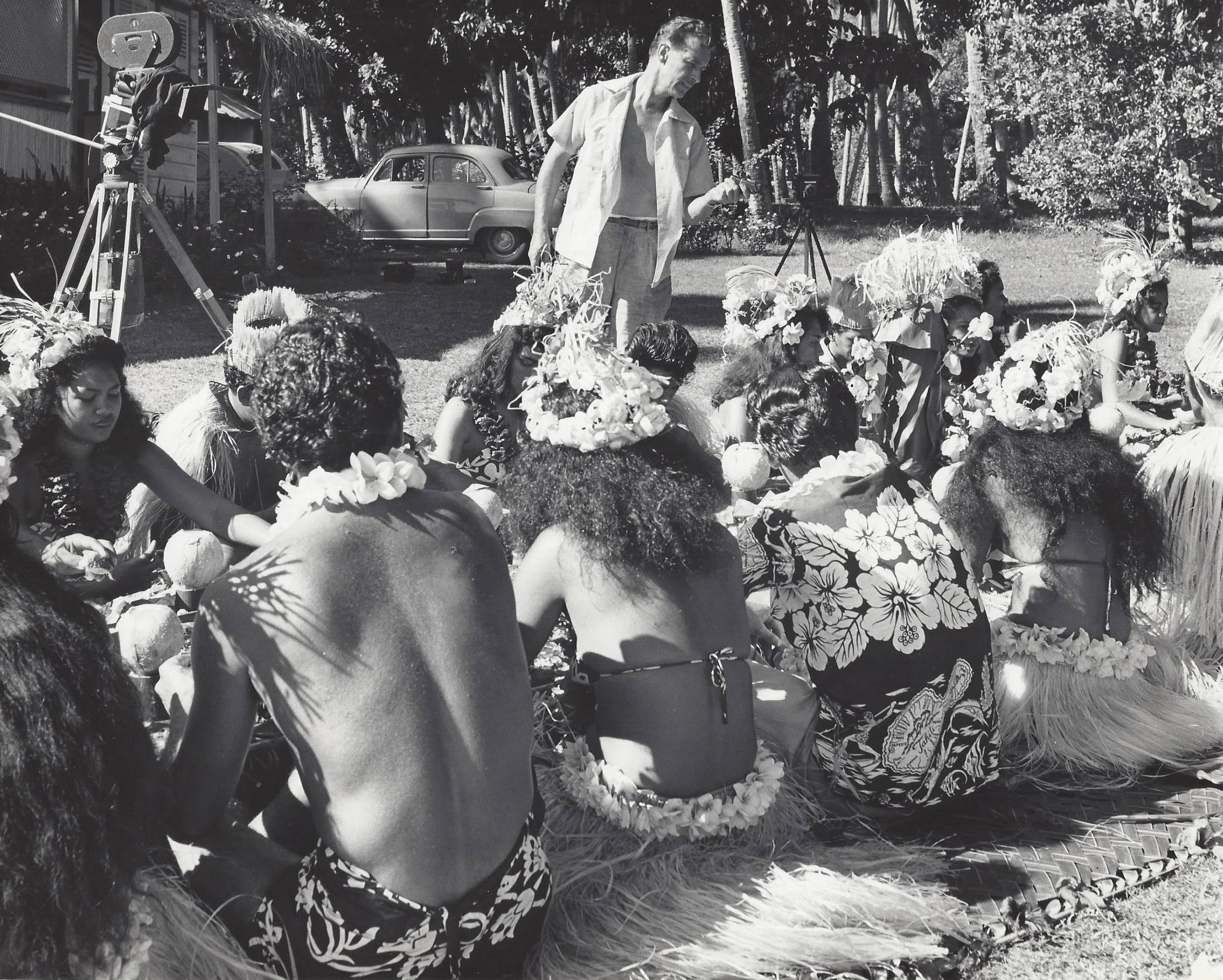 Leonard Clairmont sur le tournage de Tiare Tahiti (1957