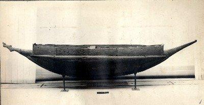 Photographie d'une pirogue en bois de Nukutavake (1950)