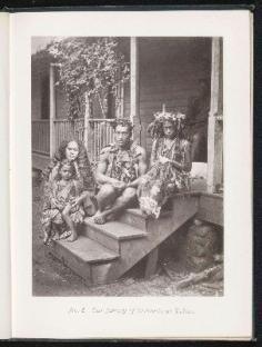 Famille tahitienne assise sur les marches du perron (1880)