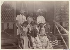 Tahitiens prenant la pose, assis sur un escalier (1886)