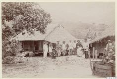 Famille tahitienne devant des habitations (1886)