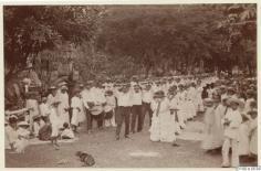 Habitants d'un village, dansant et jouant de la musique lors d'un défilé à Papeete (1886)