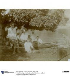 Jeunes Tahitiens autour d'une pirogue (1896)