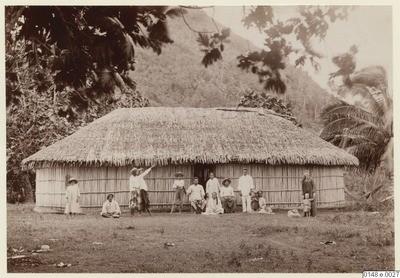 Famille tahitienne devant une maison traditionnelle (1886)