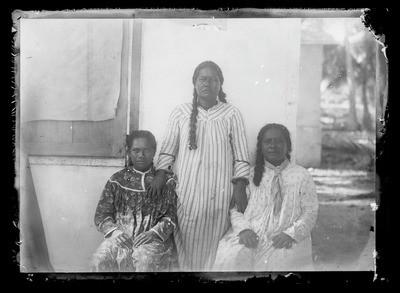 Portrait de trois Marquisiennes de Nuku Hiva (1883)