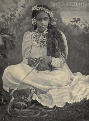 Rea tressant un chapeau (1906)