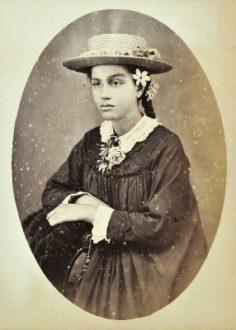 Portrait d'une Tahitienne habillée à l'Européenne (1880)