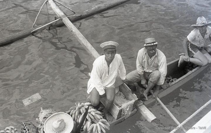 Vendeurs sur pirogue auprès de l'équipage du Dunedin à Bora Bora (1936)