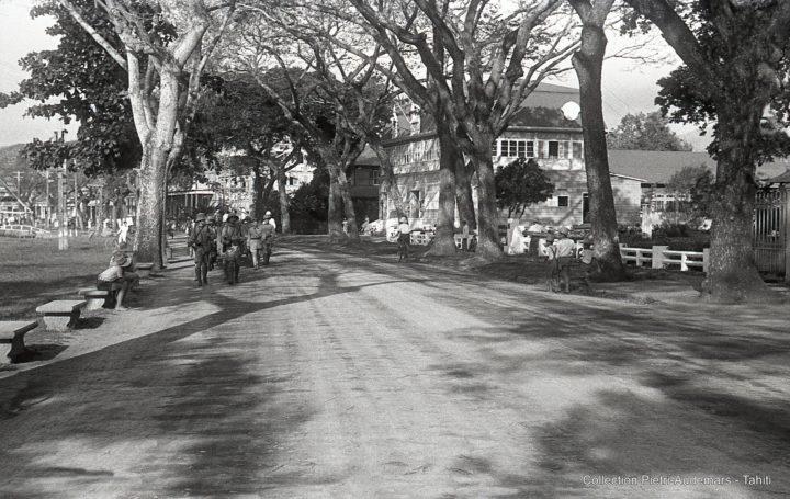 Marche de la troupe dans les rues de Papeete (1936)